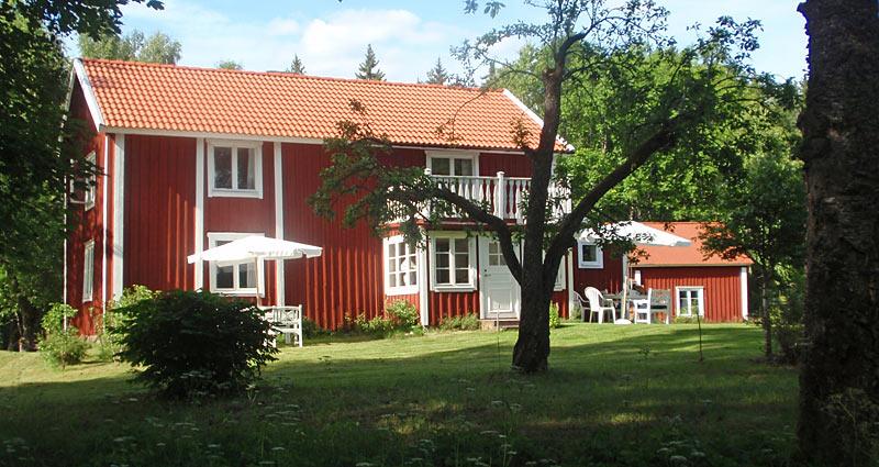 Velholdt rød ødegård med kano i Småland