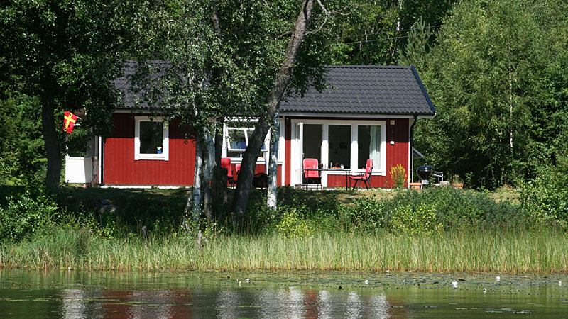 Sommerhus i første række ved sø med skovidyl