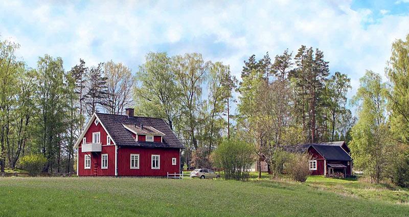 Traditionelt svenskrødt træhus fra ca. 1925