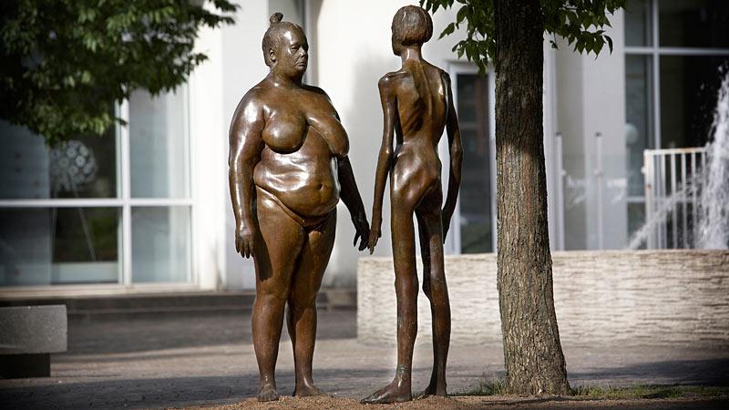 Figurerne Jag tänker på mig själv foran kunsthallen i Växjö