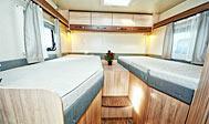 Lej autocamper indrettet til et par - rummelig og praktisk