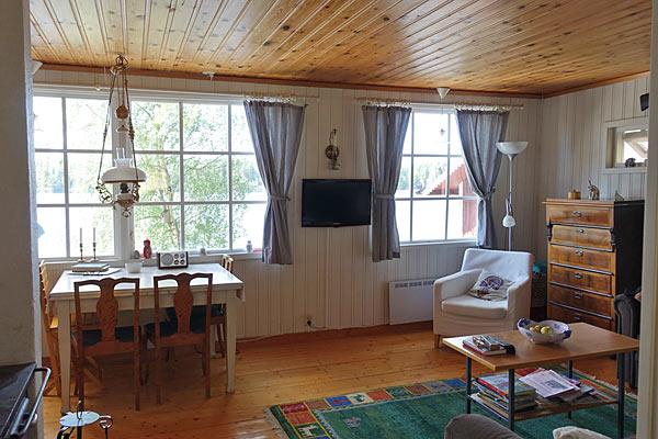 Smagfuldt indrettet hus med to gæstehytter og søudsigt