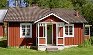 Sommerhus i Småland omgivet af skov, eng og mark