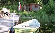 Vildmarkshytter ved badesø i Hallands natur