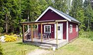 Nybygget hytte ved sø i Småland