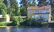 Nyrenoveret hus direkte ud til skøn bade- og fiskesø